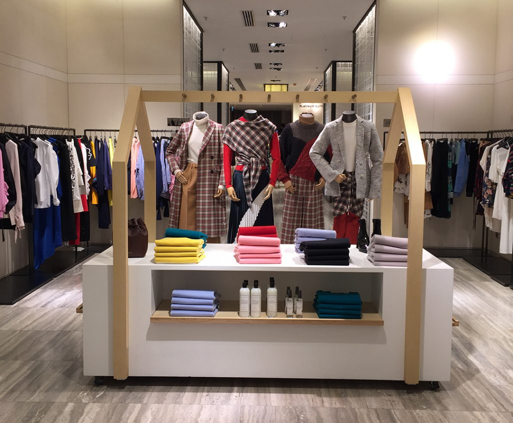 Visual Merchandising Associate jobs are generally full-time positions which are compensated with a salary between $34,00 and $54, per year. The size and geographic location of the retail operation account for the wide salary range.